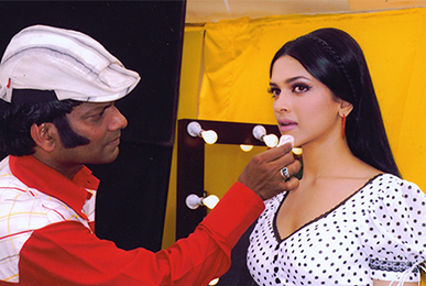 Satish Kargutkar Performing Makeup on Deepika Padukone